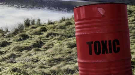contaminação : Toxic Waste Barrel Or Drum Near Water In The Countryside