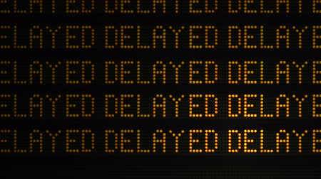repetição : A Close Up Of The Word Delayed As It Appears Multiple Times On A Sign At A Station Or Airport Or Highway Stock Footage