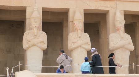 hieroglifa : Tourists Near the Statues
