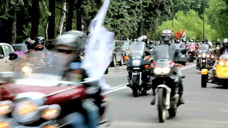 desfile : Group of motorcyclists riding slowly along the road. Stock Footage