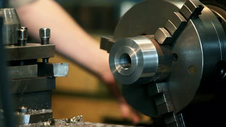 ferramenta : Changing the cutting tool on a lathe        Vídeos