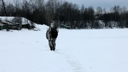 ohař : Hunter goes on trail, on the frozen river bed
