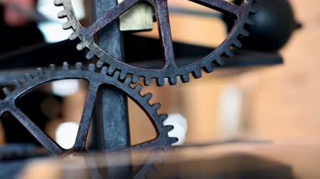 antika : Mechanism with rotating gears, a fragment of an antique printing press, close-up Stok Video