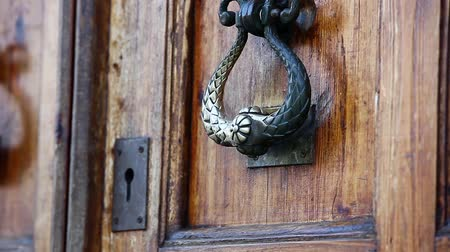 безопасный : Old door with brass handle opens close to  Стоковые видеозаписи