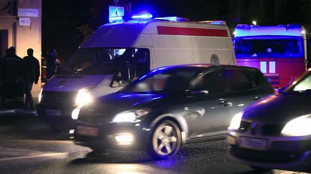 karetka : Ambulance on the road at night Wideo