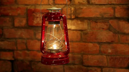 lampa naftowa : Kerosene lamp swinging in the wind on a brick wall background Wideo