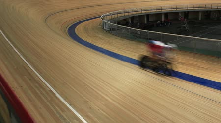 stopy : cycling race sharp turn blurred motion top view Dostupné videozáznamy