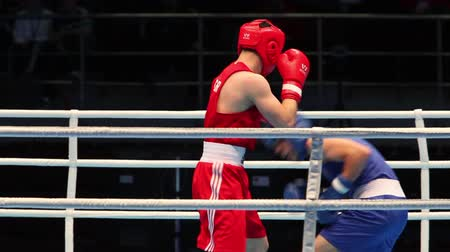 harcoló : Boxing match close to sequence St. Petersburg, Russia, November 23, 2016 Youth World Boxing Championships men heavy 69 kg. Boxing match between: RED-Mamberger A., Germany, BLUE -Kozak L., Hungary Stock mozgókép