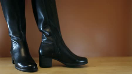 goes : Show fashionable womens shoes Stock Footage