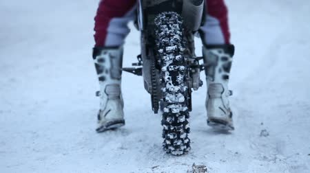 linka : Motorcycle on the start line rear view winter motocross close to with sound Dostupné videozáznamy