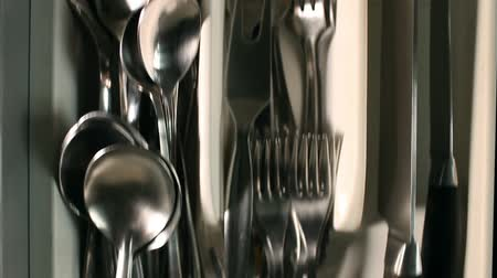 bonyolultság : cutlery drawer  full  utensils Fork spoons knives, overhead view  kitchen