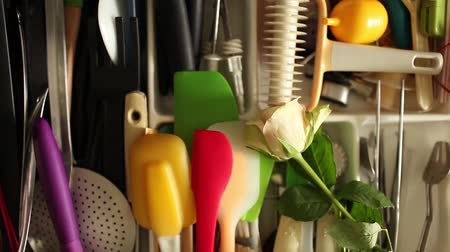 compartimento : cutlery drawer opens full  utensils, Rose gift cook, overhead view Stock Footage