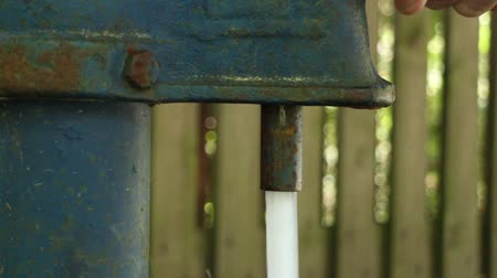 рукоятка : yard column for water,  jet of clean drinking water,  water pipe Стоковые видеозаписи
