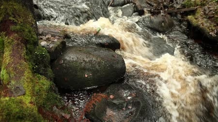 sürekli : waterfall, flow of water is broken about stones with sound Stok Video