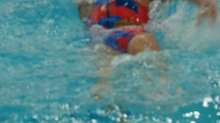 póló : A water polo team player woman close to slow motion