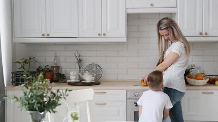 búzadara : the little boy asks mom in the kitchen candy