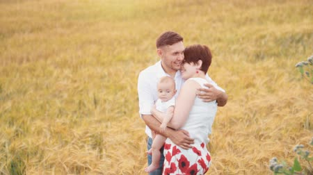 irmãs : Happy family at field Stock Footage