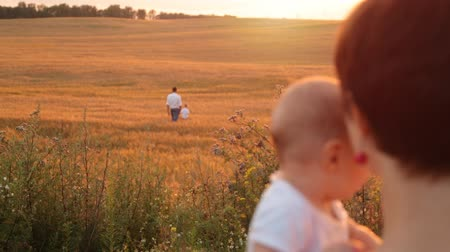irmãs : Mom and his son look like father and son are walking around the field Stock Footage