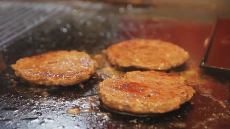 нездоровое питание : Delicious burger patty flipped on hot pan. Cooking meat for burger.