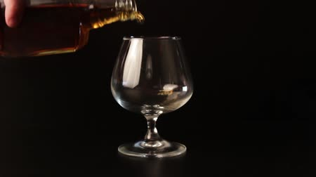 luxo : Male hand pouring alcohol into glass. A hand picks up a drink. Stock Footage