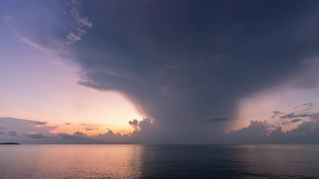 meteorologia : Thunderstorms, bolt, and cloudy storm flow over the sea in morning yellow red light