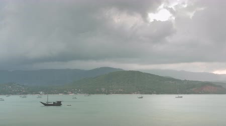 tropikal iklim : Raining and thunderstorms flow over Play Leam coastline at Samui island, Thailand while sunset time, 4k timelapse Stok Video