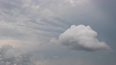 meteorologia : Cloudy flow on sky before heavy rain Stock Footage