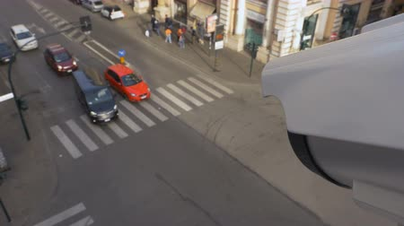 uznání : Traffic monitoring camera sits on top of traffic lights and monitors traffic flowing through an intersection. Modern facial recognition technology. Dostupné videozáznamy