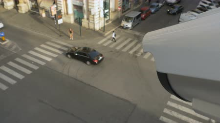 uznání : A surveillance camera follows a person walking along a road in the city. Modern facial recognition technology. First Person view video Dostupné videozáznamy