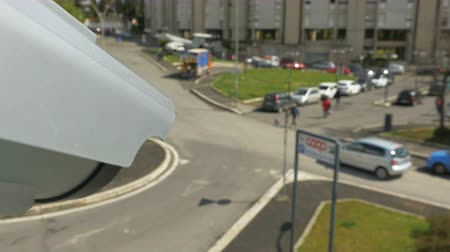 uznání : Modern surveillance camera in the city center, motion of outdoor security camera on the street in close-up. FPV view Dostupné videozáznamy