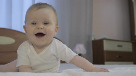 zuby : Cute toddler lies on diaper in bedroom Dostupné videozáznamy