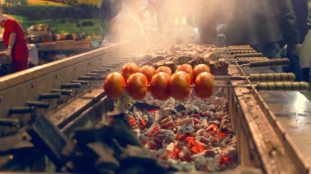 grelha : Grilling tomato and meat on skewers. Outdoor grill restaurant. Automatically rotating skewers. Barbecue grill on street food festival. Meat rotating on skewers. Cooking food on barbecue grill Vídeos