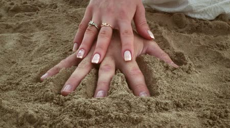 colocando : Couple make hand print in sand. Relationship concept. Together. Love couple make hand print on beach sand. Man and woman hands make print in sand. Handprint. Honeymoon. Beach holiday. Hands in sand