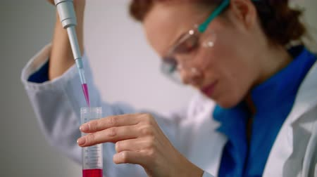 farmacologia : Woman doctor lab filling test tube with medical solution. Lab doctor doing medical research. Female lab technician working in medical laboratory with pipette close up. Pharmaceutical research