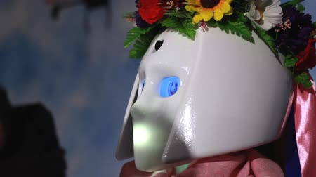 kapatmak : Cyborg robot face. Science robot face. Female cyborg face. Close up of cyborg head in national Ukrainian wreath. Cyborg woman with robot eye. Smart robot head