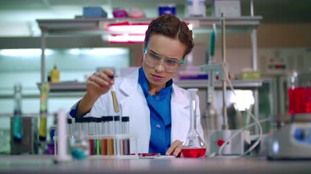 farmacologia : Medical researcher in medical research lab. Clinical research. Medical lab technician working in chemical laboratory. Lab doctor writing test result. Medical scientist working at the lab