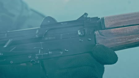 odemknout : Soldier hand charging rifle. Assault rifle charging. Close up of charging machine gun. Soldier reloading weapon