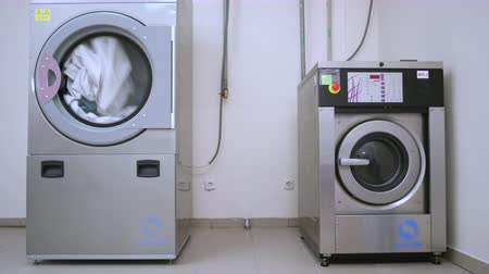 kurutma : Industrial washer dryer working. Hotel laundry service. Clothes dryer machine. Industrial dryer clothes. Industrial washing machine. Drying laundry washing machine. Washer machine washing Stok Video