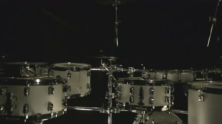vurmalı : Drum set dark studio. Set drums. White drumset on dark background. Musical drums. Percussion instruments. Musical instruments. Instruments drummer. Foot drum. Drum music plate. Music drum set Stok Video