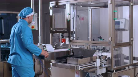 proces : Pharmacist control pharmaceutical manufacturing process at drug factory. Pharmaceutical machine. Pharmaceutical worker check pharmaceutical production line. Health care industry. Pharmacy equipment Wideo