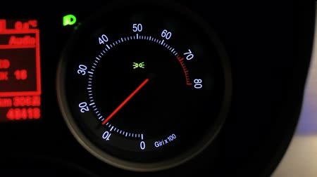 velocímetro : Tachometer revving. Car tachometer arrow revving. Engine rpm meter. Tachometer display. Close up of tachometer speed. Auto increases the speed. Rmp gauge