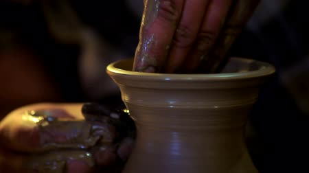 kamenina : Male hands forming clay pitcher neck. Close up master hand working with clay on potters wheel. Traditional process of making ceramic dishes on potters wheel. Ceramic dishes on potter wheel Dostupné videozáznamy