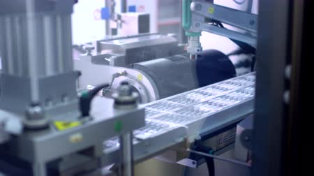 пробирка : Pharmaceutical packaging. Worker hand put medical ampoules on conveyor line. Medical vials manufacturing process. Pharmaceutical industry. Pharmaceutical production line. Pharmaceutical manufacture