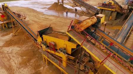 yükleyici : Sand moving on automatic conveyor belt. Mining conveyor sand sorting. Mining equipment at sand quarry. Mining machinery working at industrial area. Aerial view manufacturing line at mining sand Stok Video