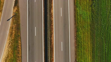 banliyö : Top view car moving along highway in green field. Aerial landscape car ride on country road. Cars driving on suburban road. Highway road in green meadows. Car traffic highway landscape