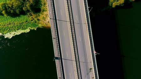 мостовая : Sky view cars driving on highway road over river. Cars moving on suburban road. Bridge river. Cars driving on highway bridge over water. Bridge road view from above. Bridge landscape aerial view