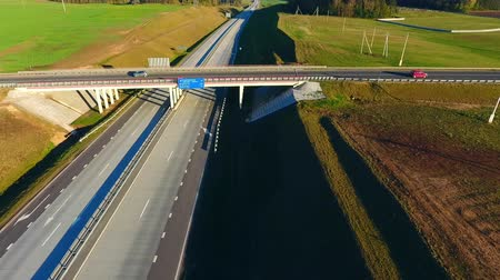 příjezdová cesta : Sky view car bridge over highway road. Cars traffic on highway intersection. Cars driving on highway bridge. Cars and trucks moving on highway on sunny day. Aerial view road junction