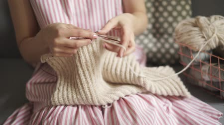závit : Close up woman hands knitting needles woolen clothes. Woman hobby. Making handmade knitted clothes Dostupné videozáznamy