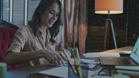 analisar : Happy businesswoman working on laptop computer. Portait of smiling woman working with computer in office. Female employee looking at laptop in home workplace Stock Footage