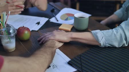 ассоциация : Business people putting their hands on each other on table for teamwork. Close up of business team hands working together. Team work concept. Business team collaboration Стоковые видеозаписи